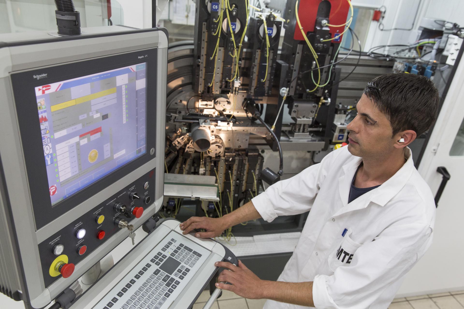 photo homme programant une machine outil